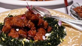 Movimiento del cerdo frito en la tabla dentro del restaurante chino metrajes