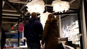 Movimiento del cliente que discute sobre el nuevo colchón dentro de la tienda de Ikea metrajes
