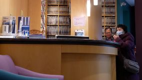 Movimiento del cliente que pide la información acerca de los dientes regulares que escalan al recepcionista dental almacen de video