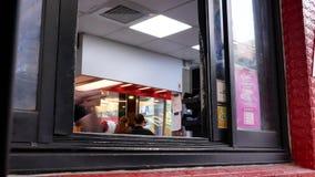 Movimiento del coche en la impulsión a través para la comida que ordena en el restaurante de KFC