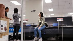 Movimiento del colchón de las compras del cliente dentro de la tienda de Sears