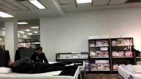 Movimiento del colchón de las compras del cliente y discusión con el vendedor almacen de video
