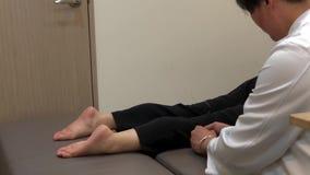 Movimiento del doctor que aplica agujas de la acupuntura en cuerpo paciente