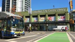 Movimiento del edificio de biblioteca del centro de la circulación y de ciudad de Coquitlam almacen de metraje de vídeo