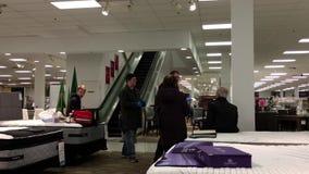 Movimiento del equipo médico que ayuda al comprador herido y que se sienta en el colchón almacen de video