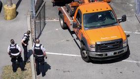 Movimiento del estacionamiento del coche de remolque en la comisaría de policías metrajes