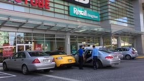 Movimiento del frente múltiple de la tienda con la gente y el coche que pasan por la tienda metrajes