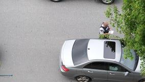Movimiento del hombre que conduce el coche arrestado por la policía almacen de video