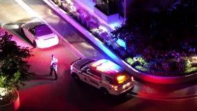 Movimiento del hombre que conduce el coche arrestado por la policía en la noche almacen de video