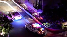 Movimiento del hombre que conduce el coche arrestado por la policía en la noche metrajes