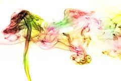 Movimiento del humo colorido en el fondo blanco Imagen de archivo