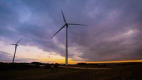 Movimiento del lapso de tiempo de la turbina de viento en parque eólico en puesta del sol metrajes
