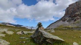 Movimiento del lapso de tiempo Pirámide de piedra en una pista de senderismo en las montañas, nubes blancas hinchadas mullidas qu almacen de metraje de vídeo