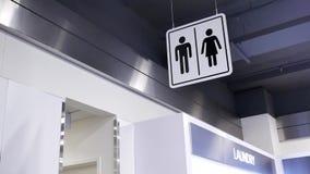 Movimiento del logotipo del servicio del hombre y de la mujer al lado de la pared almacen de video