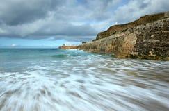Movimiento del mar, embarcadero de Portreath, Cornualles Reino Unido. Imagen de archivo