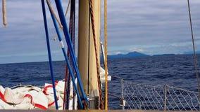 Movimiento del mar visto de tablero del yate Tiempo ventoso almacen de video