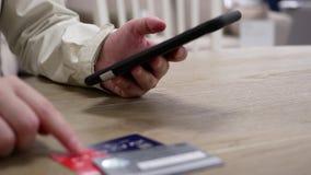 Movimiento del número de tarjeta de crédito que mecanografía de la mujer para el regalo de compra almacen de video