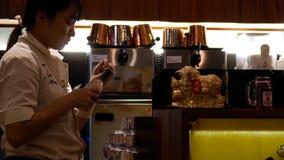 Movimiento del paquete de rasgado del trabajador de tabla y de poner de la bebida el refrigerador interior