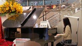 Movimiento del piano que juega voluntario para el evento especial dentro del hospital