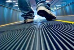 Movimiento del pie en pasillo del aeropuerto Foto de archivo libre de regalías