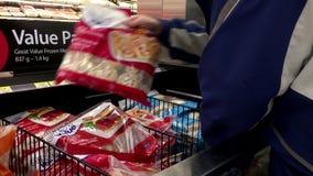 Movimiento del pollo curruscante del paquete del valor de compra del hombre metrajes