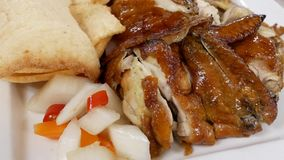 Movimiento del pollo frito caliente en la tabla dentro del restaurante chino almacen de metraje de vídeo