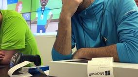 Movimiento del proceso del trabajador del ordenador portátil de la devolución del cliente en la tienda de Microsoft almacen de metraje de vídeo