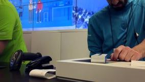 Movimiento del proceso del trabajador del ordenador portátil de la devolución del cliente en la tienda de Microsoft metrajes