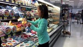 Movimiento del queso de compra de la muchacha