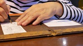 Movimiento del recibo de firma de la mujer después de comer la comida almacen de video