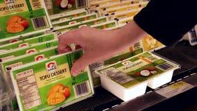 Movimiento del sabor de compra del coco del postre del queso de soja de la salida del sol de la mujer almacen de metraje de vídeo