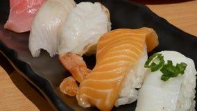 Movimiento del sashimi de color salmón del rollo en la tabla almacen de video