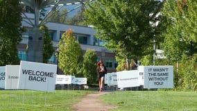 Movimiento del signo positivo en hierba dentro del campus