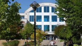Movimiento del signo positivo en hierba dentro del campusMotion de los estudiantes que caminan en campus
