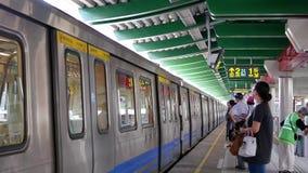 Movimiento del skytrain que espera de la gente en la plataforma en Taipei Taiwán