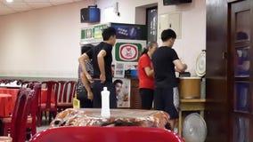 Movimiento del trabajador que prepara el arroz para el cliente dentro del restaurante chino almacen de metraje de vídeo