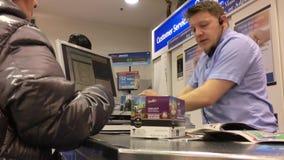 Movimiento del ultramarinos de compra de la gente en el contador del pago y envío