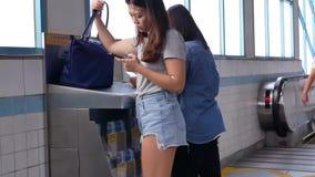 Movimiento del viajero que juega el teléfono mientras que espera el MRT