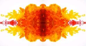 Movimiento duplicado abstracto de pinturas acrílicas amarillas y rojas en agua Tinta del flujo turbulento aislada en el fondo bla fotografía de archivo libre de regalías