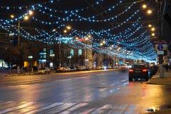 Movimiento en la calle de Sovetskaya adornada por el Año Nuevo Imágenes de archivo libres de regalías