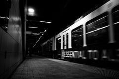 Movimiento en la estación de metro foto de archivo