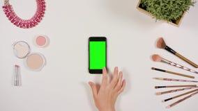 Movimiento en sentido vertical del finger en Smartphone con la pantalla verde metrajes