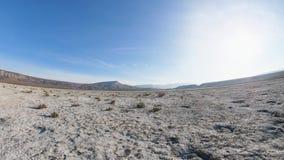 Movimiento en una tierra del desierto con un horizonte curvado y un cielo azul almacen de video