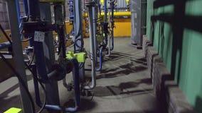 Movimiento entre el sistema de tubería y la pared del taller en la planta almacen de metraje de vídeo