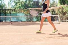 Movimiento femenino del jugador de tenis por un campo de tenis al aire libre Imágenes de archivo libres de regalías