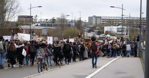 Movimiento global viernes con la gente joven que camina cerca del Parlamento Europeo almacen de metraje de vídeo
