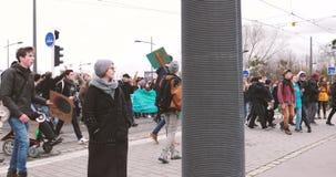 Movimiento global viernes con la gente joven que camina cerca del Parlamento Europeo metrajes