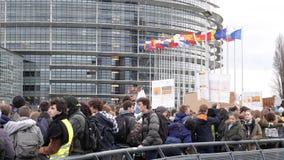 Movimiento global viernes para la protesta futura del Parlamento Europeo del puente almacen de metraje de vídeo