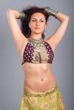 Movimiento hermoso de la danza de vientre de la muchacha imagen de archivo libre de regalías