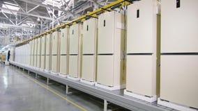 Movimiento a lo largo de la fila de las cajas del refrigerador en transportador en tienda metrajes